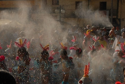 Carnaval de Negros y Blancos in Colombia. People covering theirs and others' faces with flour or talcum powder. [Image by camiloAndres, via Wikimedia Commons]