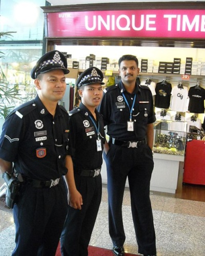Malaysian Tourist Police on duty inside the Danga City Mall, Johore Bahru [© Rizuan (Own work), via Wikimedia Commons]
