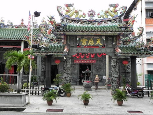 Gorgeous example of Malaysian culture: Hainan Temple in George Town, Penang [© Hajotthu (Own work), via WikiMedia Commons]